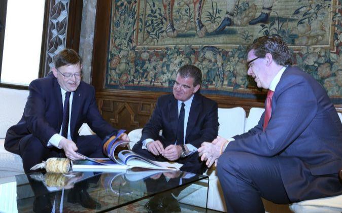 Ximo Puig, con Peter Spuhler e Íñigo Parra.