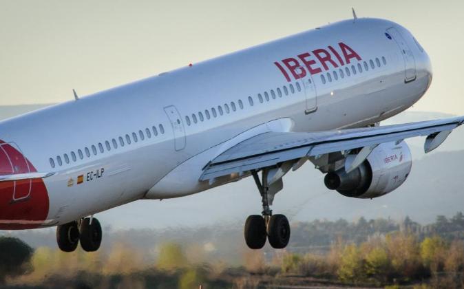 Avión de Iberia despegando en el aeropuerto de Madrid.