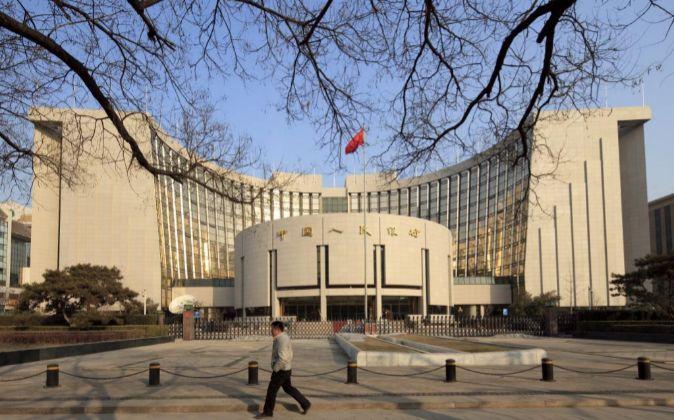 Imagen de archivo de la sede central del Banco Popular de China, en...