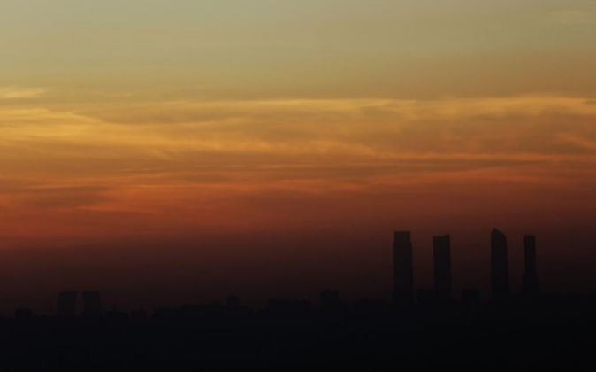 Atardecer de la capital donde se aprecia la capa de contaminación que...