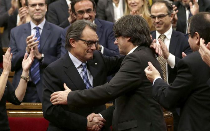 El ex presidente de la Generalitat en funciones, Artur Mas, felicita a...