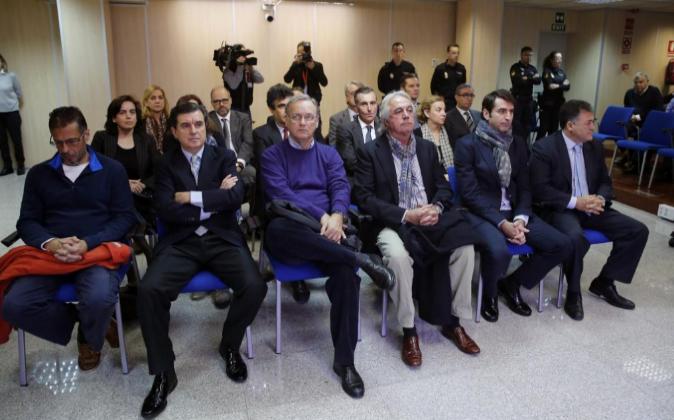 Las 19 personas acusadas en el caso Noós. Di izda. a dcha., primera...