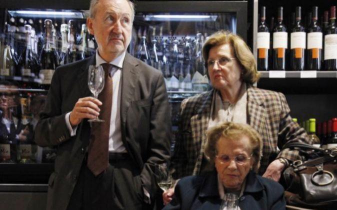 Pilar Ferrer Sala (sentada), junto a sus hijos Pedro Bonet y Pilar...