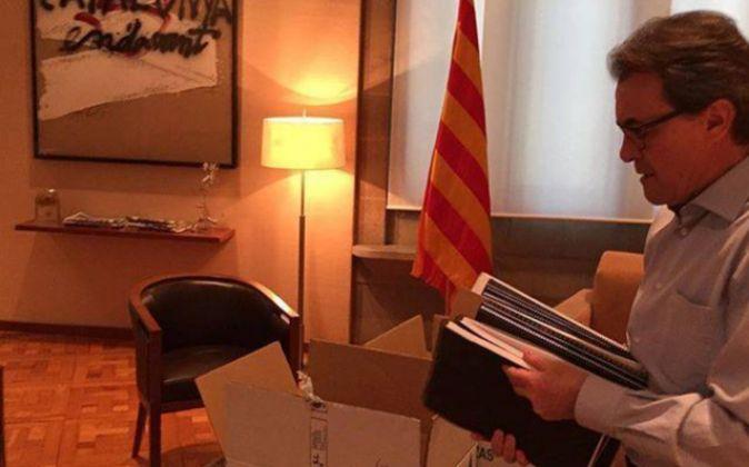 Artur Mas haciendo las maletas, en una imagen que ha compartido en su...