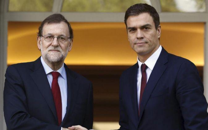 El presidente del Gobierno, Mariano Rajoy (i), y el líder del PSOE,...