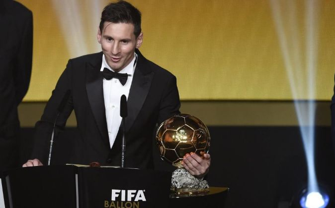 El jugador argentino del FC Barcelona Lionel Messi pronuncia un...