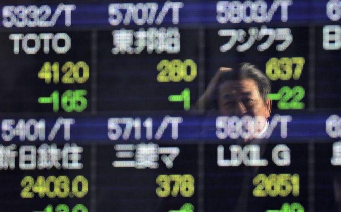 Imagen de las pantallas con la evolución de la Bolsa de Tokio