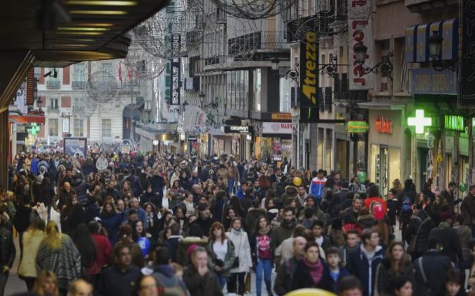 Gente de compras en la calle Preciados en Madrid las pasadas...