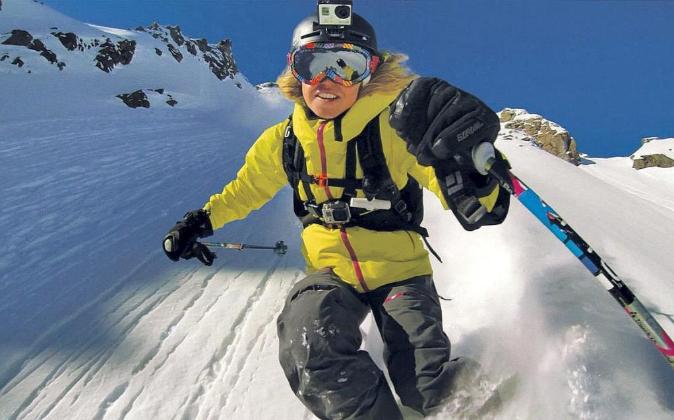 Esquiador utilizando una cámara GoPro.