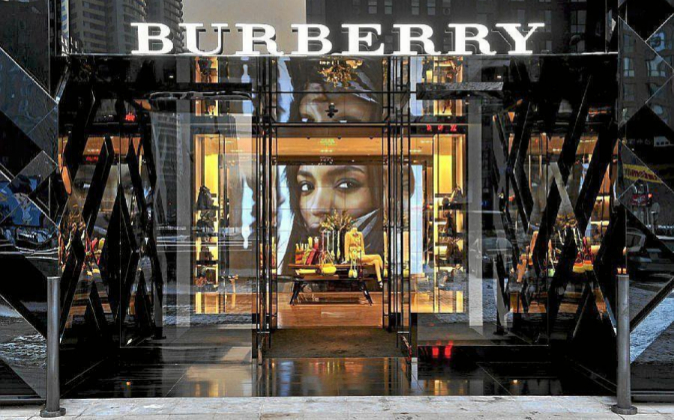 Tienda insignia de Burberry en Pekín (China).