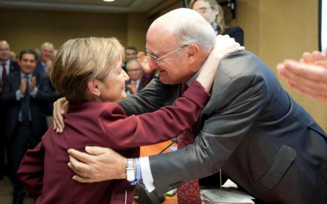 Carlos Carnicer saluda a la nueva presidenta del CGAE, Victoria...