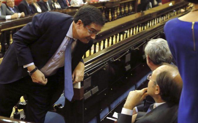 El portavoz del PSOE en el Senado, Óscar López, conversa con Pío...