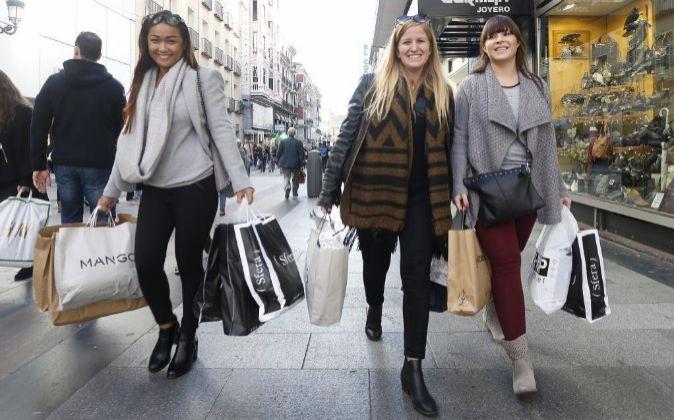 Varias jóvenes de compras en la calle Preciados de Madrid.