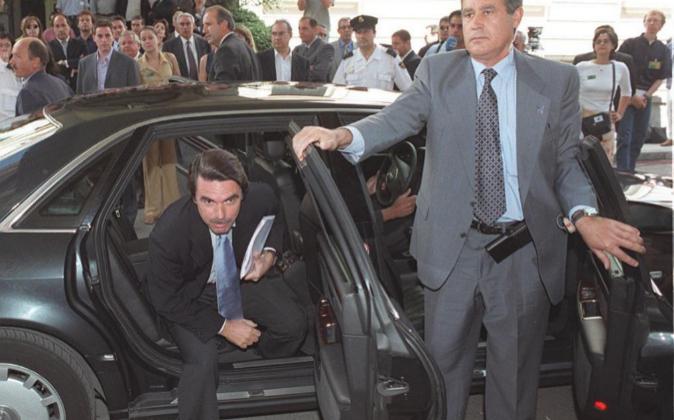 José María Aznar sale del coche oficial del Congreso de los...