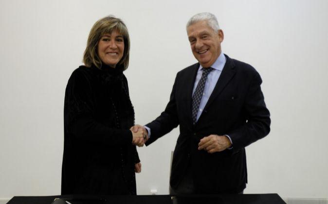 La alcaldesa de L'Hospitalet, Núria Marín, y el presidente del...