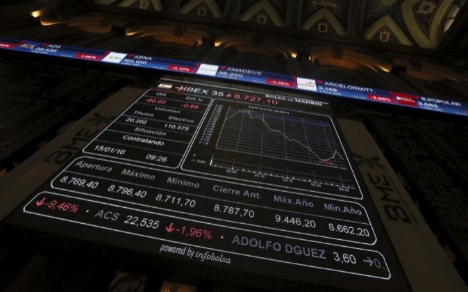Monitor informativo en la bolsa de Madrid que muestra las variaciones...