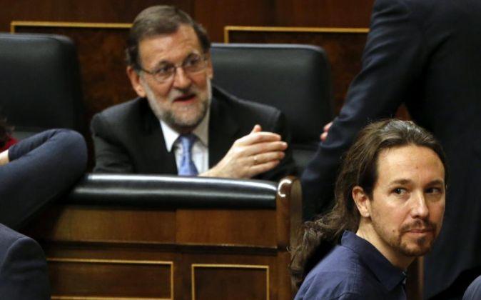 El líder de Podemos, Pablo Iglesias, pasa delante del escaño del...