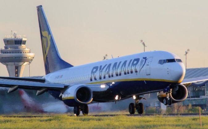 Avión de Ryanair despegando desde el aeropuerto de Adolfo Suárez...