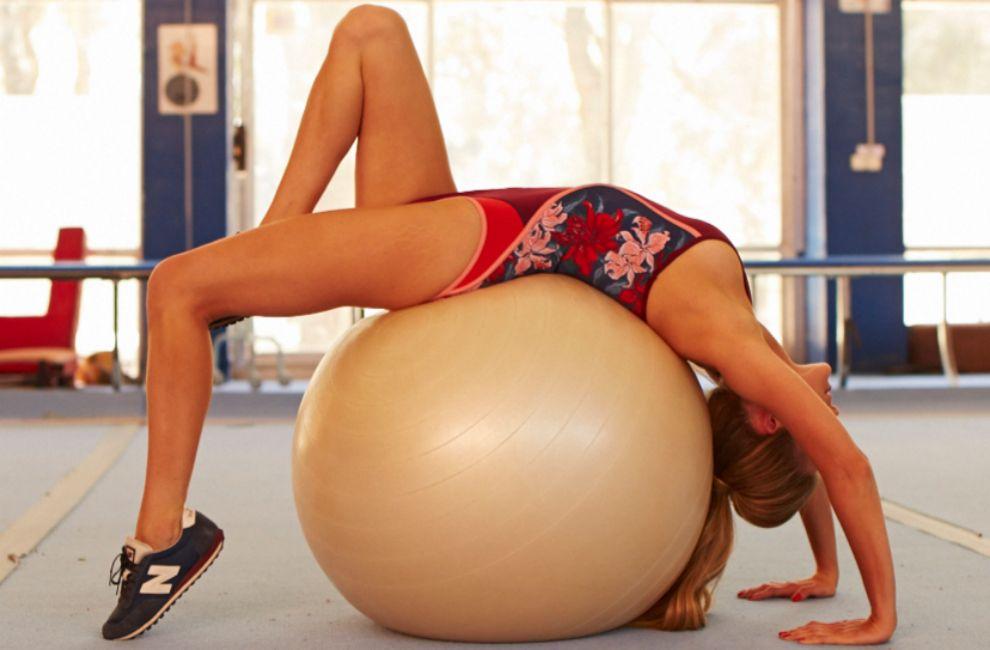 Astrid Klisasns practica ejercicio sobre un Fitball. Bañador de Tommy...