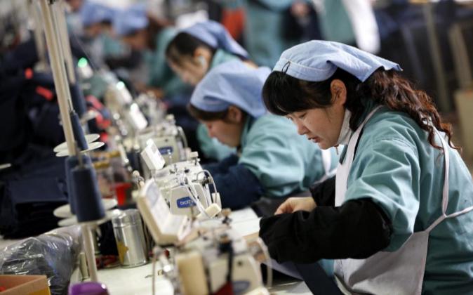 Varias mujeres trabajan en una fábrica textil de Huaibei (China) el...