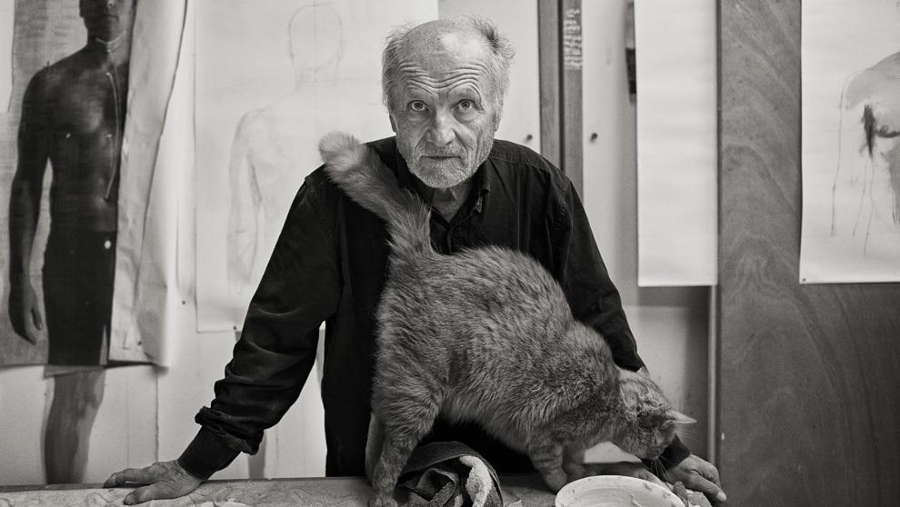 El pintor en su estudio madrileño donde pinta y esculpe acompañado...