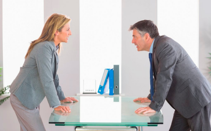 Dos empleados, en una discusión