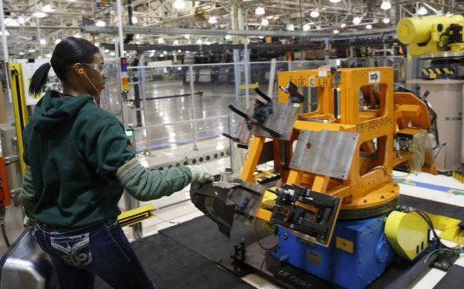 Una trabajadora de una planta de Fiat Chrysler Automobiles NV en...