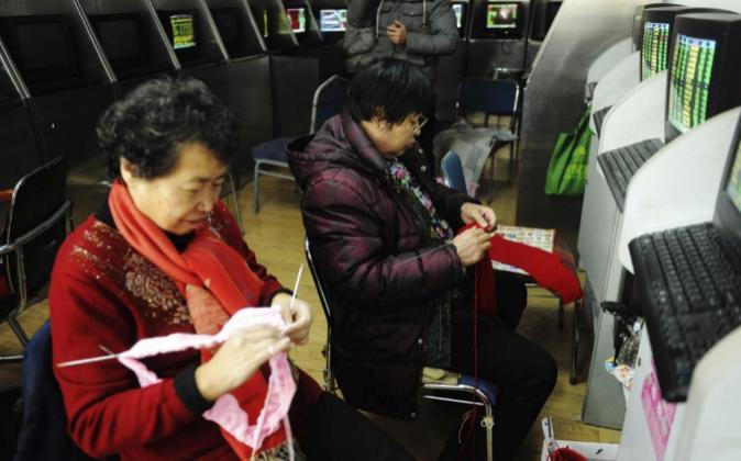 Dos inversoras hacen punto en una agencia de corredores de Qingdao,...