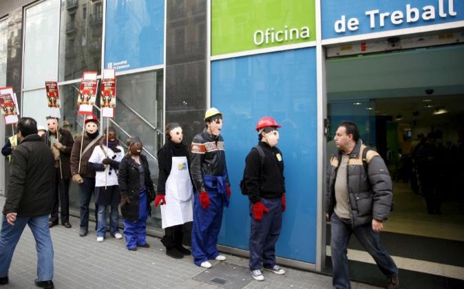 Miembros de la rama juvenil de la UGT de Cataluña protestan en una...