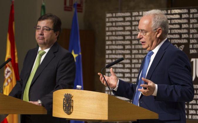 El presidente de la Junta de Extremadura, Guillermo Fernández Vara, y...