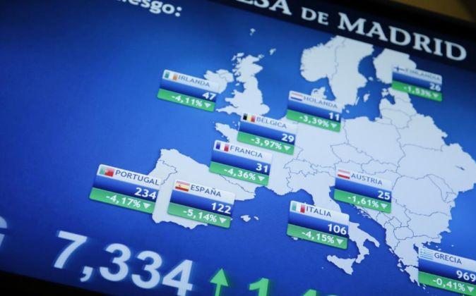 Panel informativo de la Bolsa de Madrid que muestra el valor de la...
