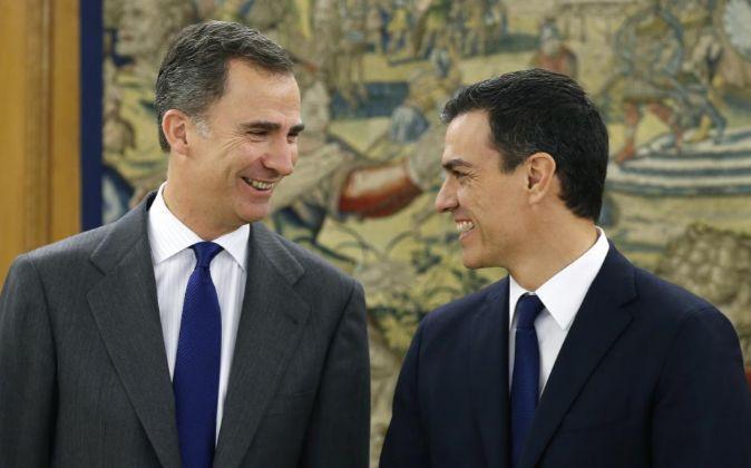 El rey Felipe VI recibe al secretario general del PSOE, Pedro...
