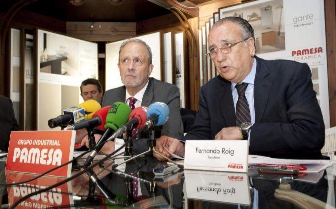 El presidente del Grupo Pamesa, Fernando Roig (d), acompañado por...