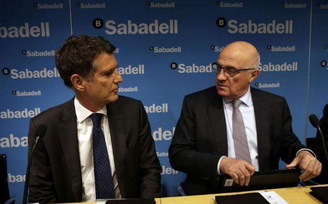 El presidente de Banco Sabadell, Josep Oliu, y el consejero delegado,...