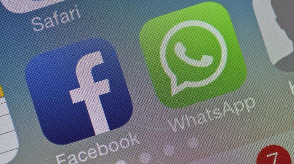 Los logotipos de Facebook y WhatsApp aparecen en la pantalla de un...