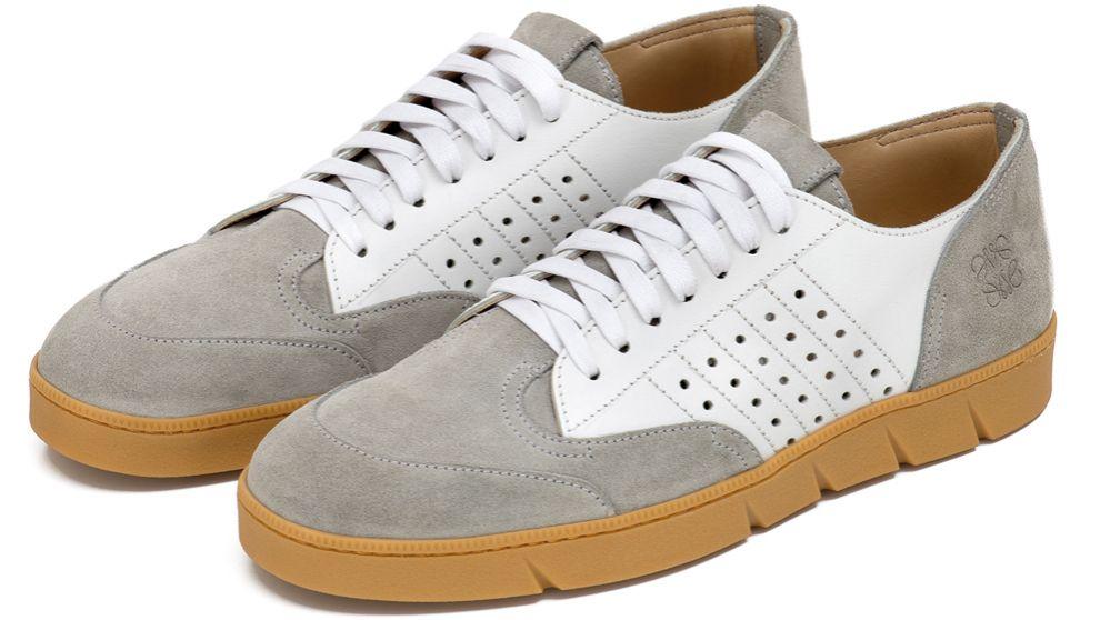 Sneakers bicolores de Loewe (gris y blanco).