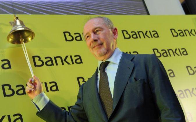 El expresidente de Bankia, Rodrigo Rato, toca la campana en la salida...