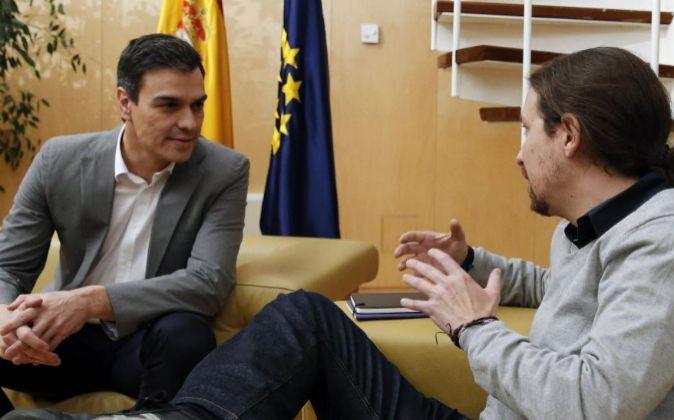 El líder del PSOE, Pedro Sánchez (i), se ha reunido hoy, en el...