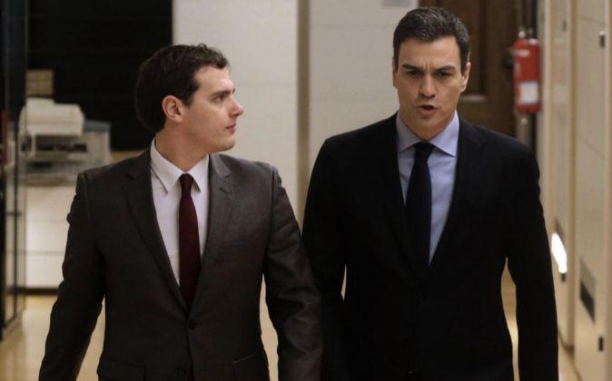 El secretario general del PSOE, Pedro Sánchez (d), y el presidente de...