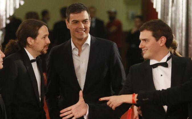El líder de Podemos, Pablo Iglesias (i), el secretario general del...