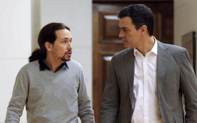 El líder del PSOE, Pedro Sánchez, conversa con el secretario general...