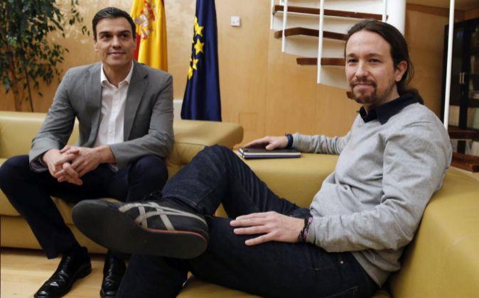 El líder del PSOE, Pedro Sánchez (i) y el secretario general de...