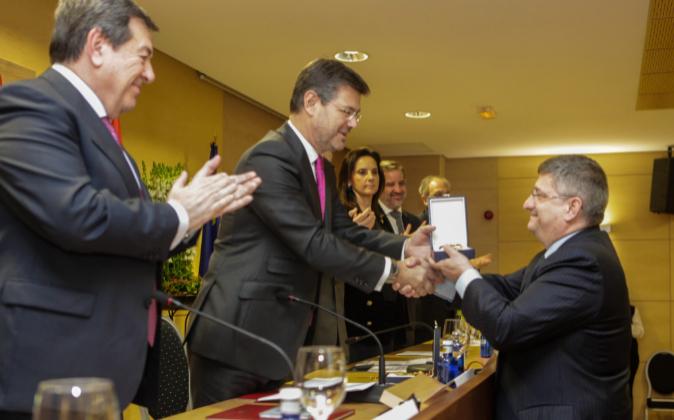 El ministro de Justicia, Rafael Catalá, hace entrega de la medalla de...