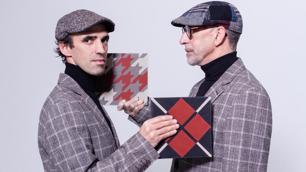 Iván Alvarado y Antonio Alvarado con dos azulejos de la colección...