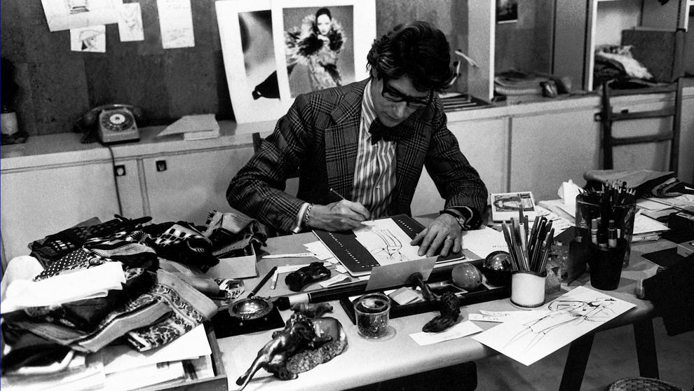 Yves Saint Laurent en su mesa en el año 1976  ( Fundación Pierre...
