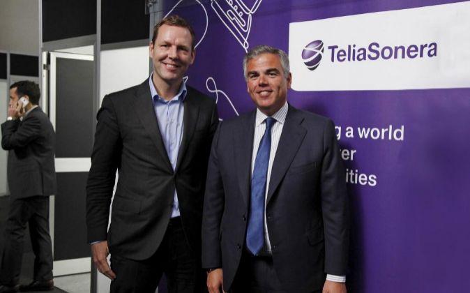 Johan Dennelind, consejero delegado de TeliaSonera, y Eduardo Taulet,...
