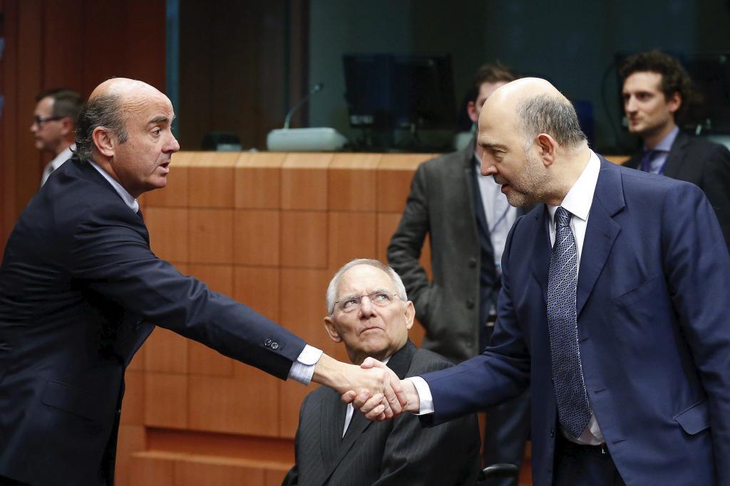 El ministro español de Economía en funciones, Luis de Guindos (i),...