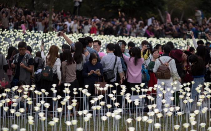 Público en el 'Light Rose Garden' Hong Kong, China, ayer en...