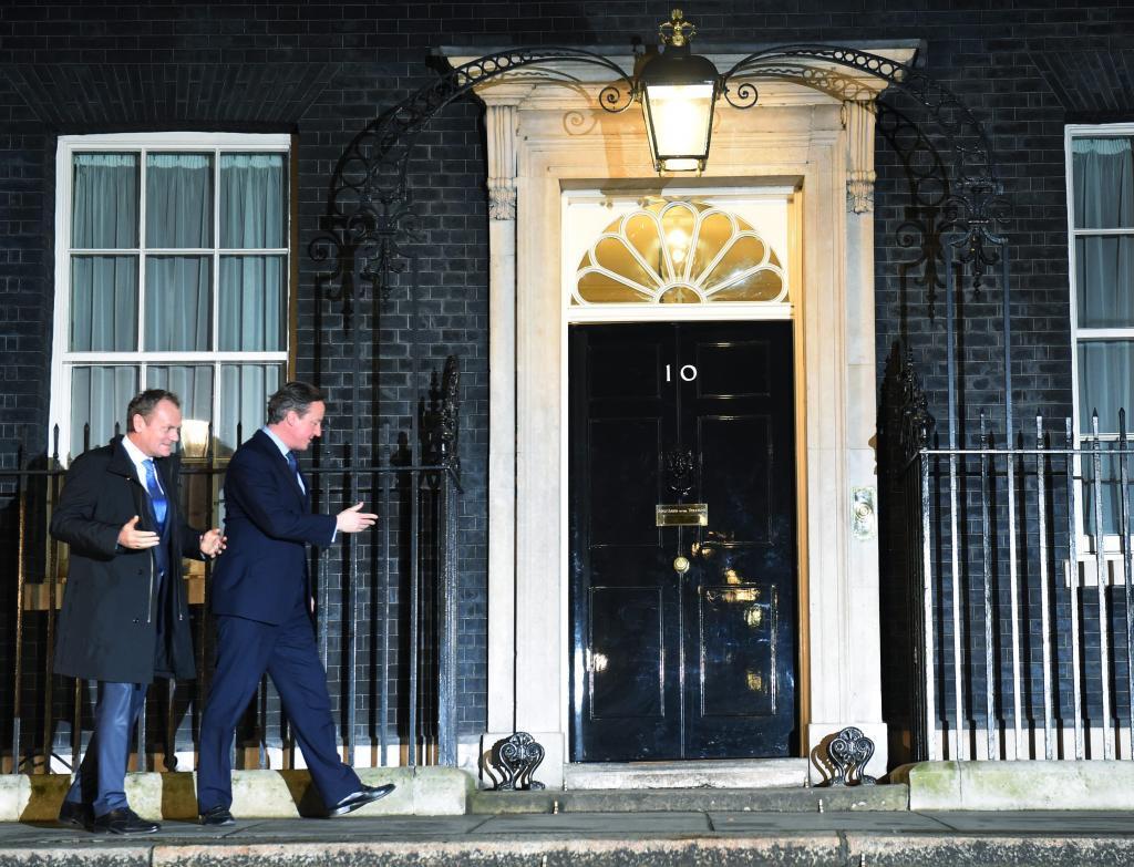 El primer ministro británico, David Cameron (d), y Donald Tusk (i),...