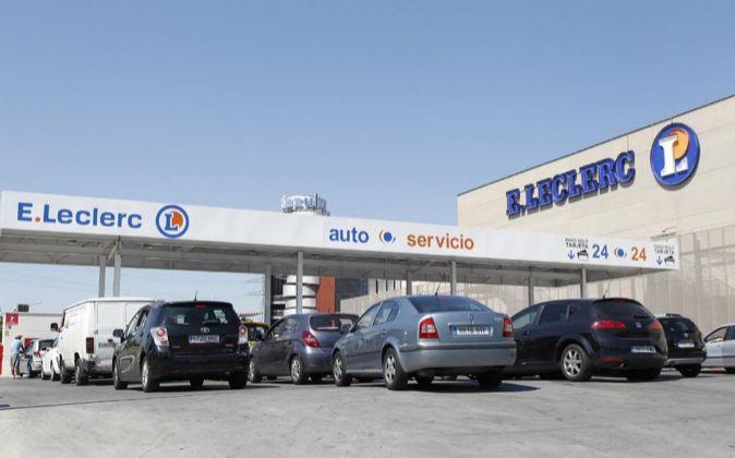 Hipermercado y gasolinera de Leclerc en el centro comercial Islazul...